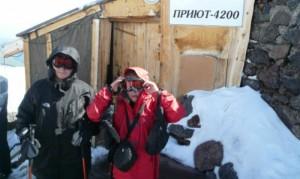 10-годишната Ивана (вдясно) и 14-годишният й брат Борис тръгват за връх Елбрус. Снимки личен архив.