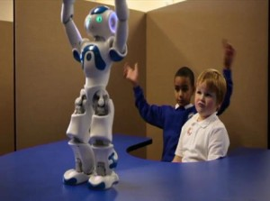 Роботът Ръсел показва движения