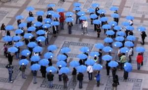 Хората образуваха кръгове и носеха сините шалове на НАДД в знак на подкрепа на борбата с диабета.