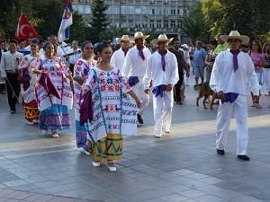 Участници от Мексико на дефиле във Варна