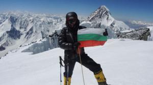 Боян Петров с българското знаме на Броуд Пик