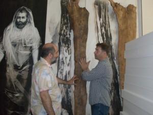 Антоний Софев и директорът на музея доц. д-р Николай Ненов пред творбата Източник на снимка: www.briagnews.bg