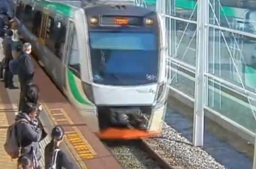 Хора избутаха цял вагон на влак, за да освободят заклещен мъж (видео)