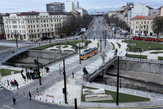"""Обновеният """"Лъвов мост"""" вече е пешеходна зона (видео)"""