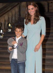 Карлос получава наградата си от херцогинята на Кеймбридж