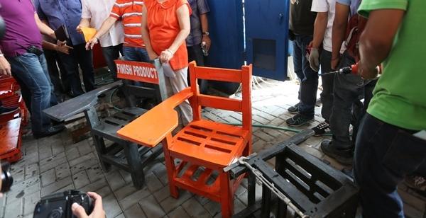В Боливия превръщат тоновете отпадъци в училищна мебел (видео)