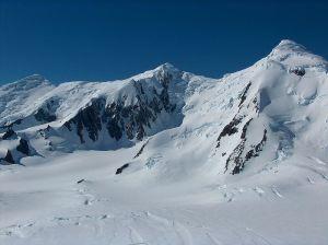 Централна Тангра планина, отляво надясно Големия иглен връх и върховете Левски и Лясковец Снимка: http://bg.wikipedia.org