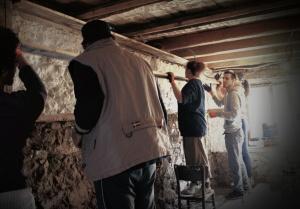 Изграждане на тавана в кухнята със състарени дъски.