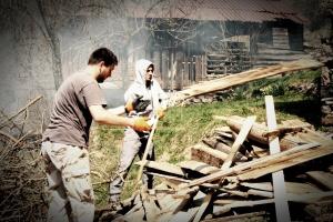 Доброволци отделят дървения материал от дървата за камината.