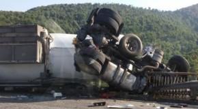 Шофьорът на катастрофирала цистерна на магистрала Хемус е спасен (видео)
