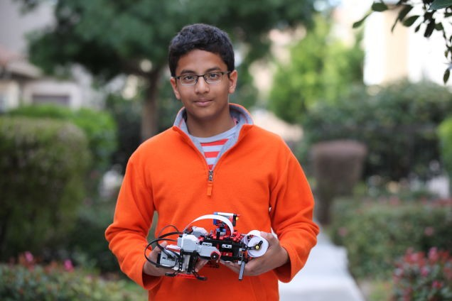 Тринадесет годишно момче изобрети принтер за незрящи от Лего