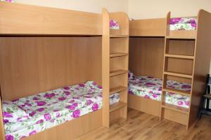 Базата разполага с шест стаи, в които са разпределени 32 легла
