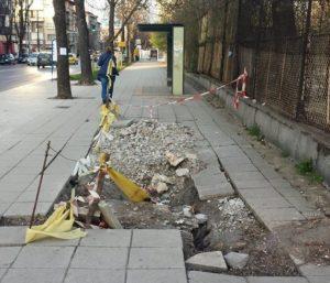 """Тротоарът до новата спирка стои """"обезопасен"""" така месеци наред."""