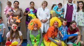 Медицински клоуни раздават усмивки