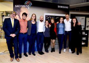 """Екипът на """"Заслушай се"""" с представителя на Samsung"""
