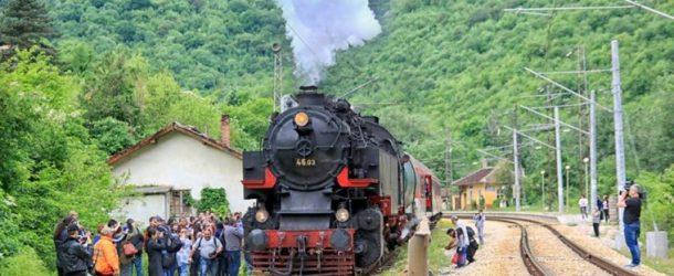 """Най-мощният в Европа локомотив """"Баба Меца"""" и царски вагон ще возят туристи за Лазаровден и Цветница"""