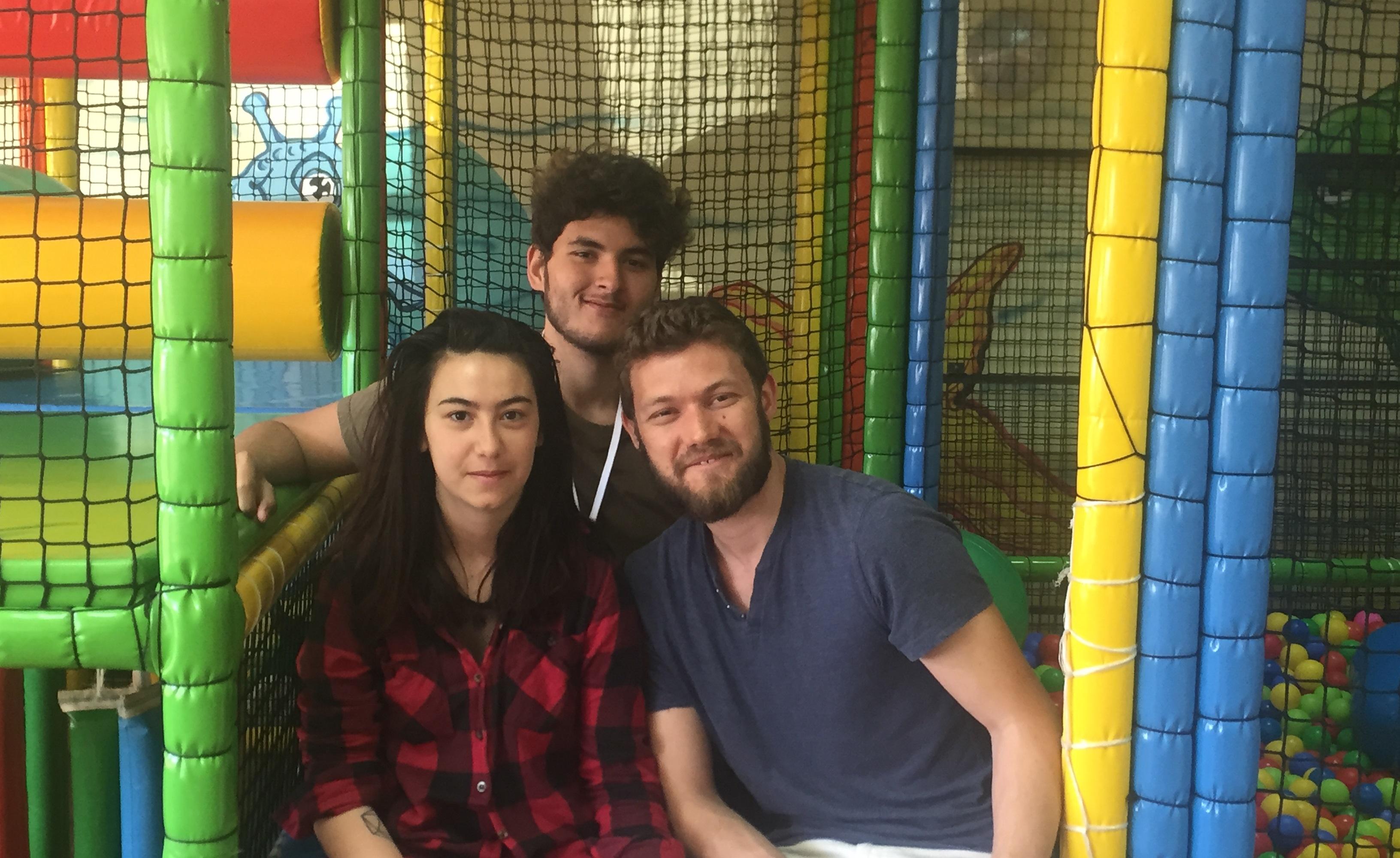 """Доброволци от чужбина помагат в грижите за деца от Дома във """"Виница"""""""